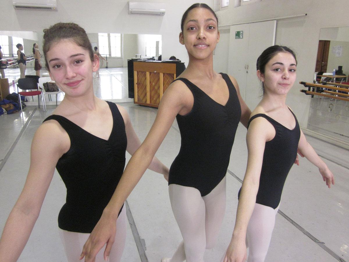 Alumnas de ballet becadas por FHIS